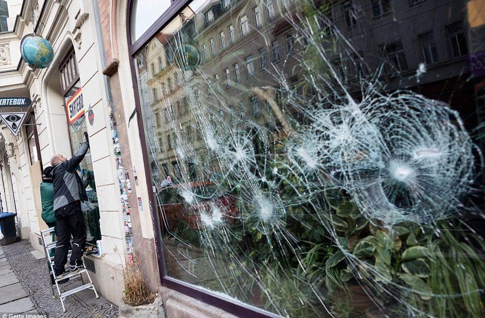 Foto vitrina unui magazin in care hotii au incercat sa intre. Folii Antiefractie a dejucat aceasta tentativa.
